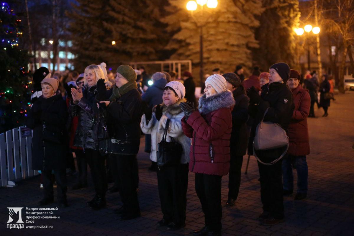 Дед Мороз и Снегурочка поздравили с новогодними праздниками жителей 15-го округа Белгорода, фото-6