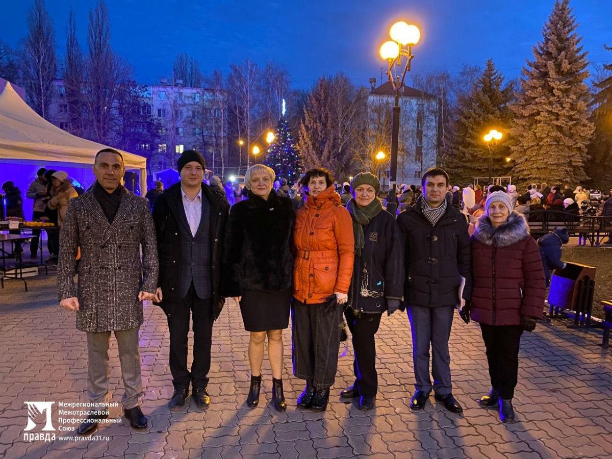 Дед Мороз и Снегурочка поздравили с новогодними праздниками жителей 15-го округа Белгорода, фото-9