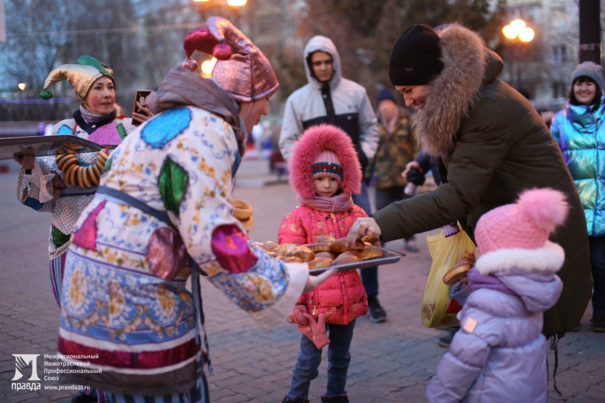Дед Мороз и Снегурочка поздравили с новогодними праздниками жителей 15-го округа Белгорода, фото-8