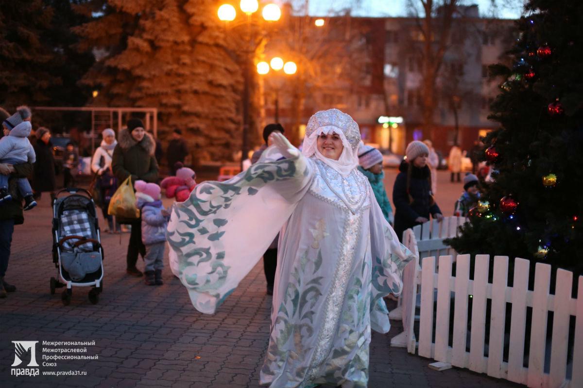 Дед Мороз и Снегурочка поздравили с новогодними праздниками жителей 15-го округа Белгорода, фото-1