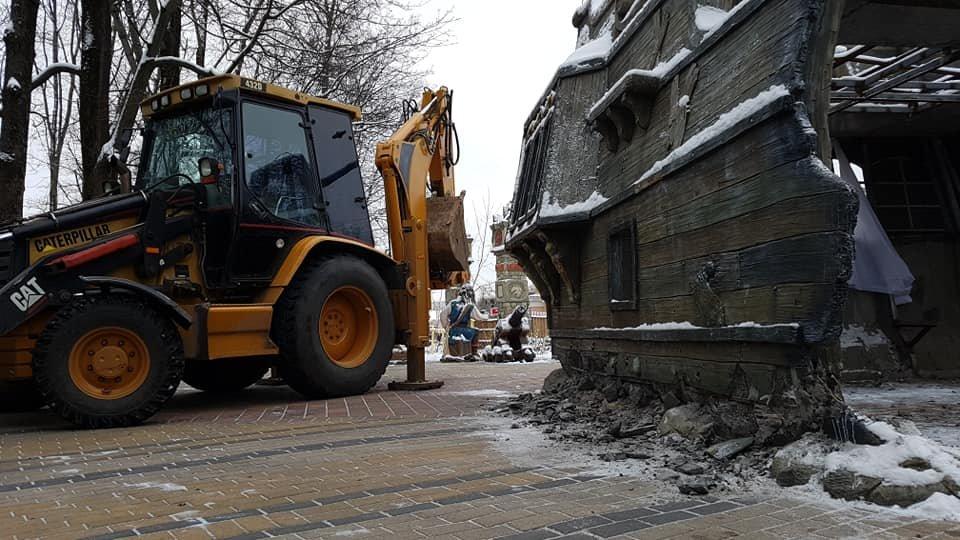 Арендатор Александр Каракулов начал демонтировать парковые скульптуры, но был остановлен, фото-1