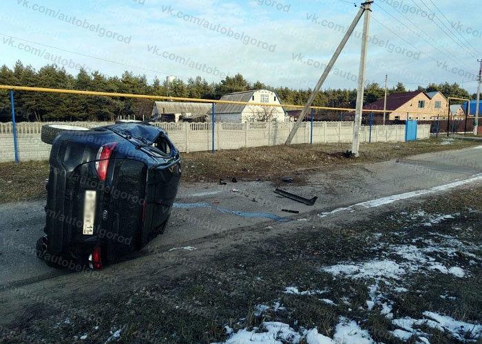 В Белгородском районе иномарка врезалась в столб и перевернулась, фото-2
