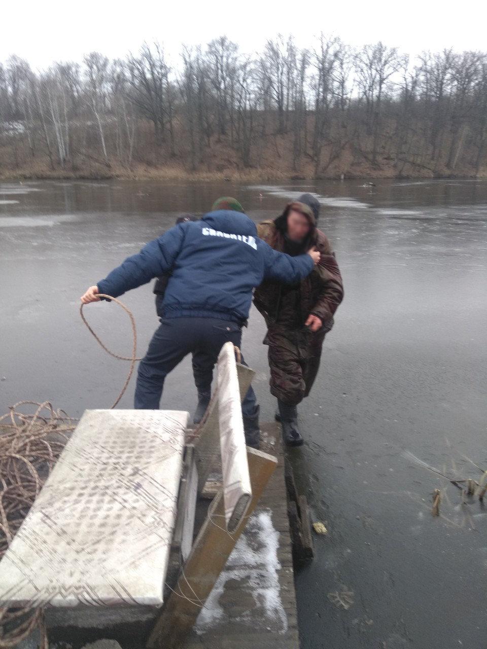 В пруду под Белгородом из-за тонкого льда едва не утонул рыбак , фото-1