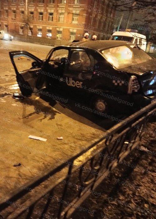 Ночью в центре Белгорода пьяный водитель иномарки врезался в фасад дома, фото-1
