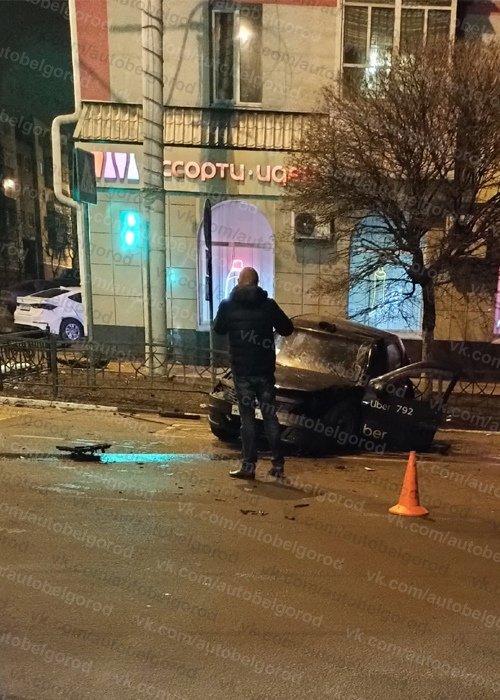 Ночью в центре Белгорода пьяный водитель иномарки врезался в фасад дома, фото-2