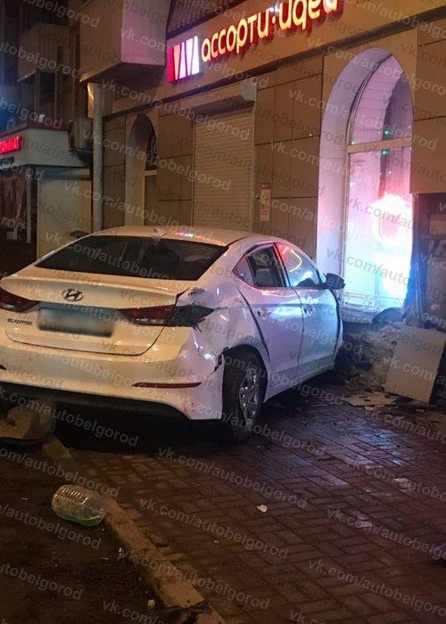 Ночью в центре Белгорода пьяный водитель иномарки врезался в фасад дома, фото-3