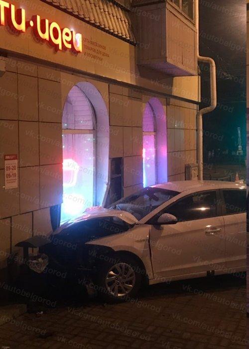 Ночью в центре Белгорода пьяный водитель иномарки врезался в фасад дома, фото-4