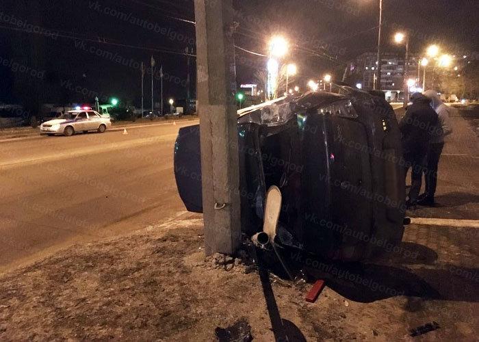 В Белгороде иномарка влетела в столб после столкновения с фурой, фото-1