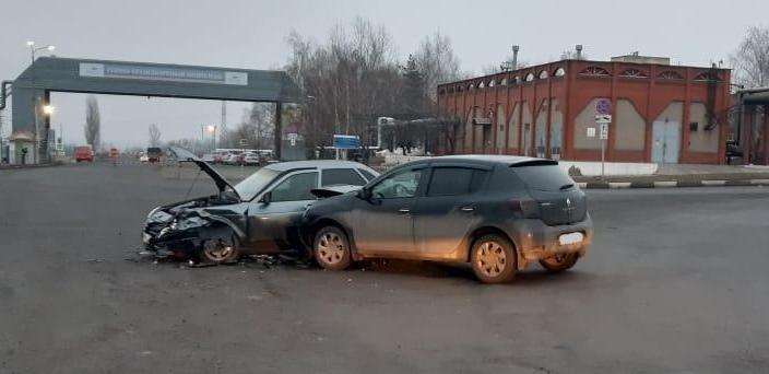 В Белгороде невнимательный пенсионер на «Тойоте» протаранил ВАЗ, фото-1