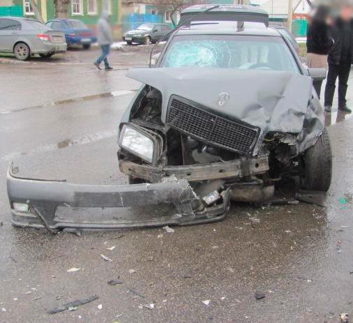 Белгородец на ВАЗе проехал на красный свет и протаранил «Мерседес», фото-2
