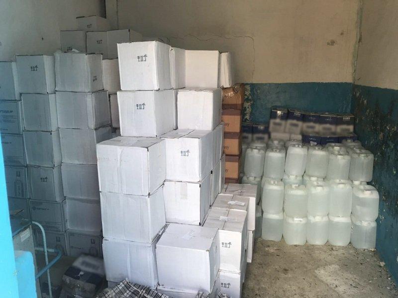 В Белгородской области обнаружили подпольный склад с алкоголем и сигаретами, фото-1