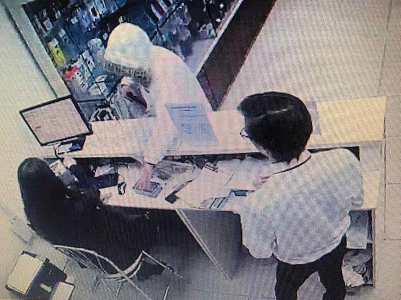 Белгородец ограбил салоны сотовой связи после угроз коллекторов, фото-1