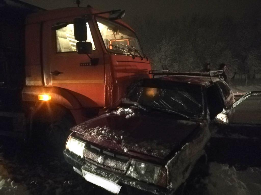 Пьяный лихач на ВАЗе отправил в больницу двух  пассажиров, фото-1