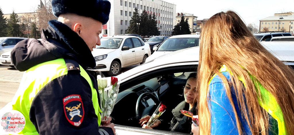 На белгородских дорогах автомобилисток поздравляет «цветочный патруль» ГИБДД , фото-3