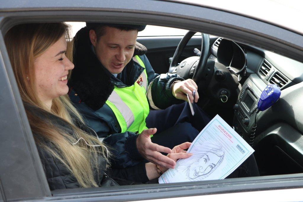 В Белгороде автомобилисток на дорогах поздравляет художник-шаржист, фото-2