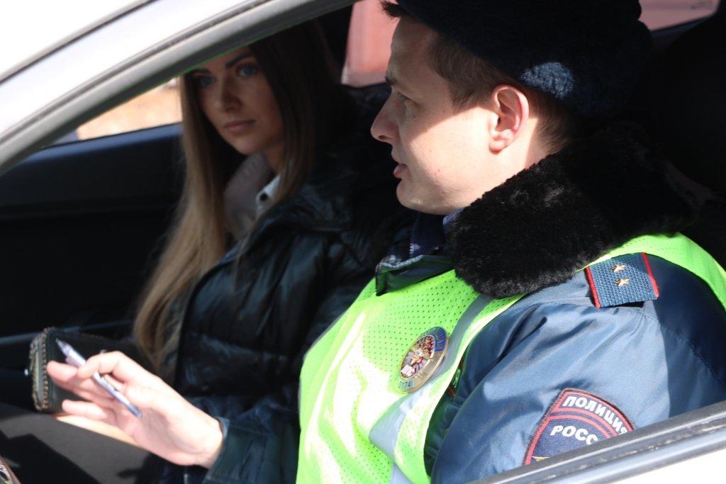 В Белгороде автомобилисток на дорогах поздравляет художник-шаржист, фото-1