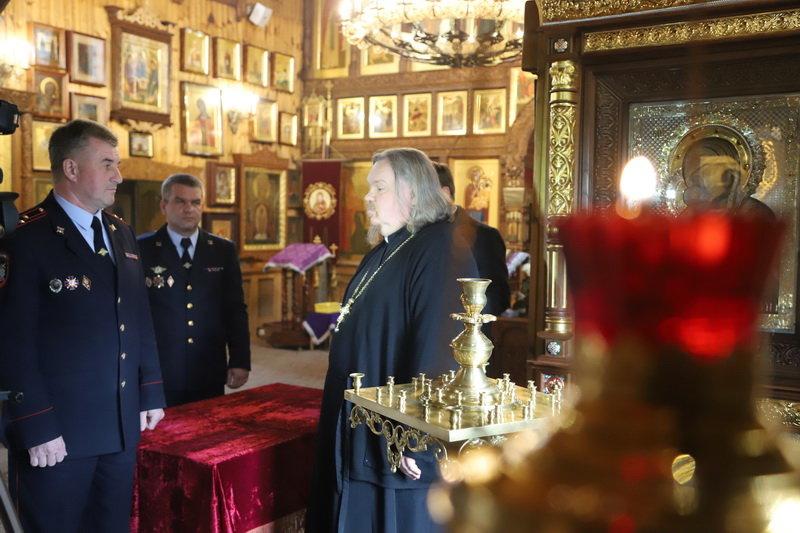 В Белгороде  полицейские вернули в храм похищенные украшения , фото-4