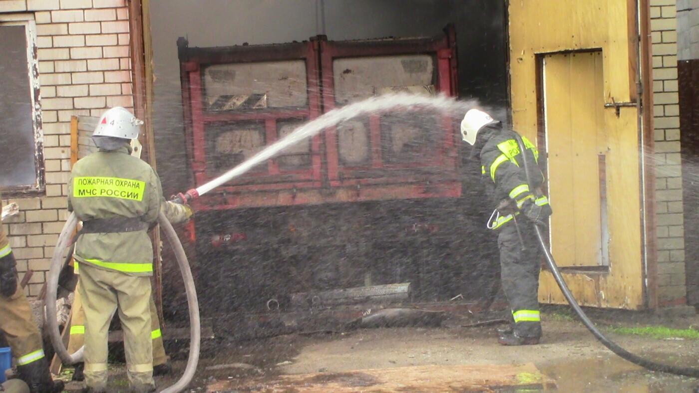 В Белгороде полтора часа тушили пожар в частном доме и гараже , фото-2