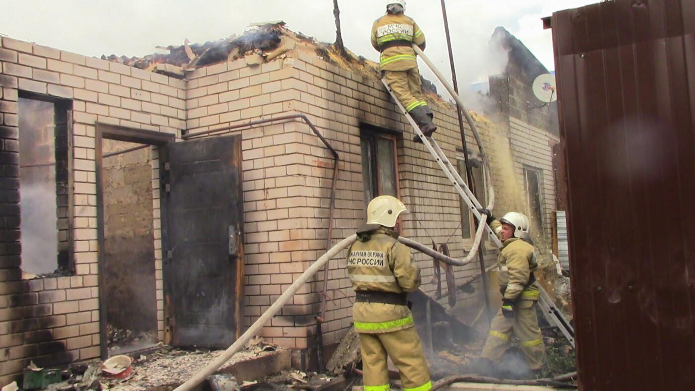 В Белгороде полтора часа тушили пожар в частном доме и гараже , фото-1