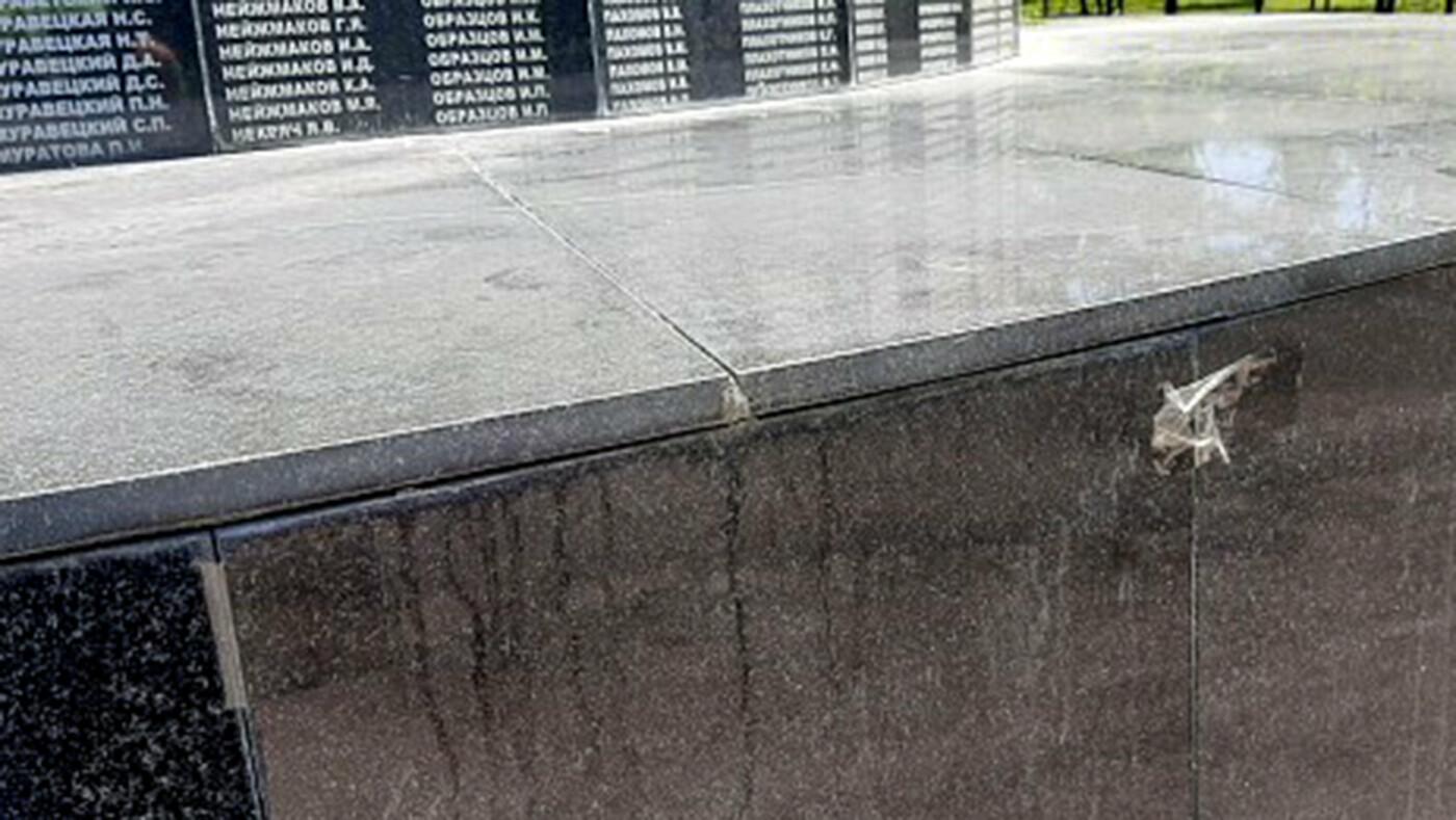 В Новом Осколе гранитную плитку на памятнике ветеранам прикрепили канцелярским скотчем, фото-1