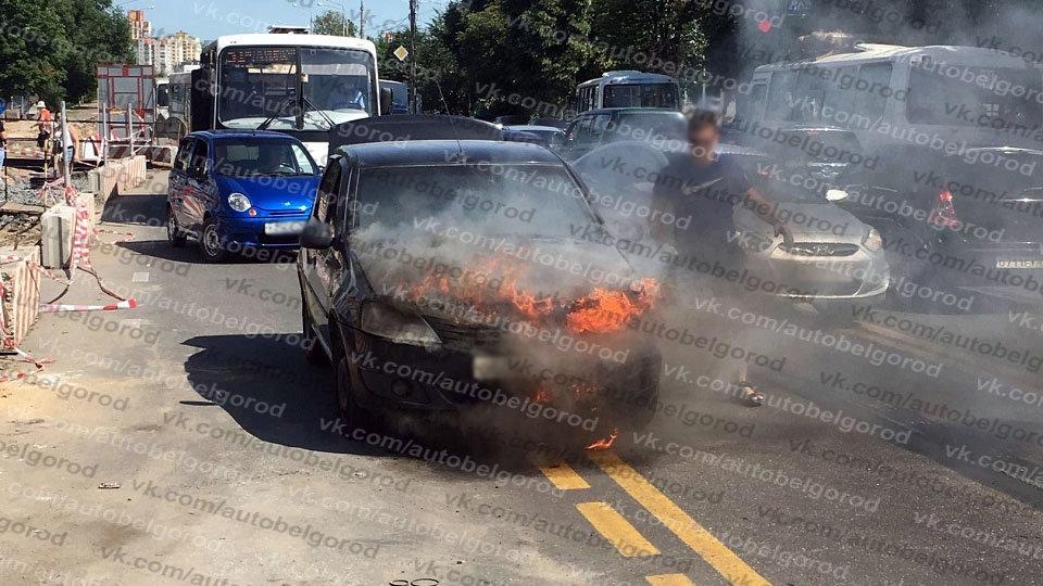 В Белгороде на ходу загорелся автомобиль такси, фото-2