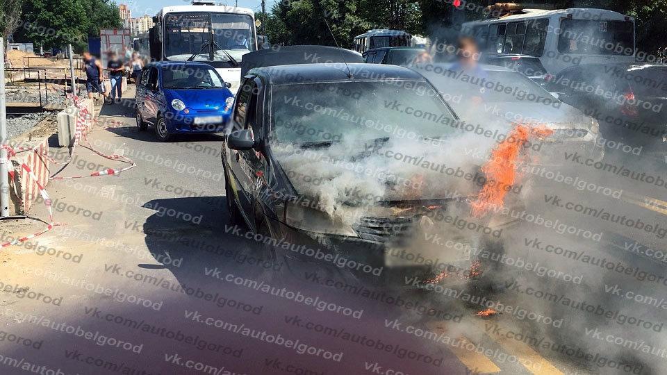 В Белгороде на ходу загорелся автомобиль такси, фото-1