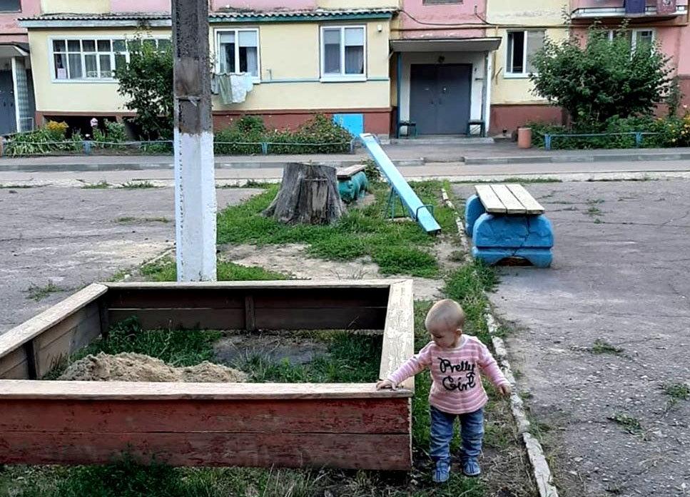 С заботой о детях. Сколько песка в Строителе коммунальщики во дворы привозят, фото-1