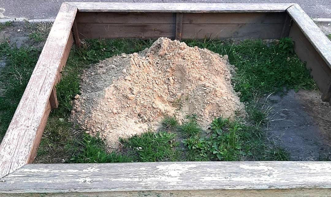 С заботой о детях. Сколько песка в Строителе коммунальщики во дворы привозят, фото-2