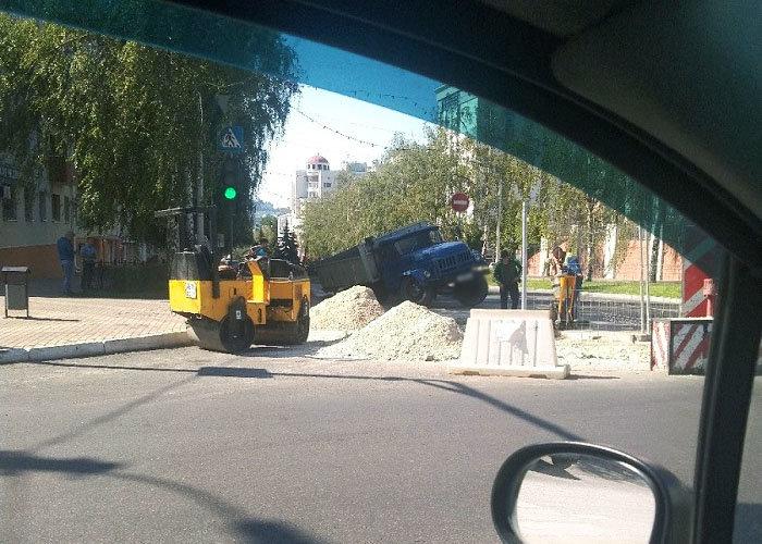 В центре Белгорода на дороге провалился грузовик со щебнем, фото-3