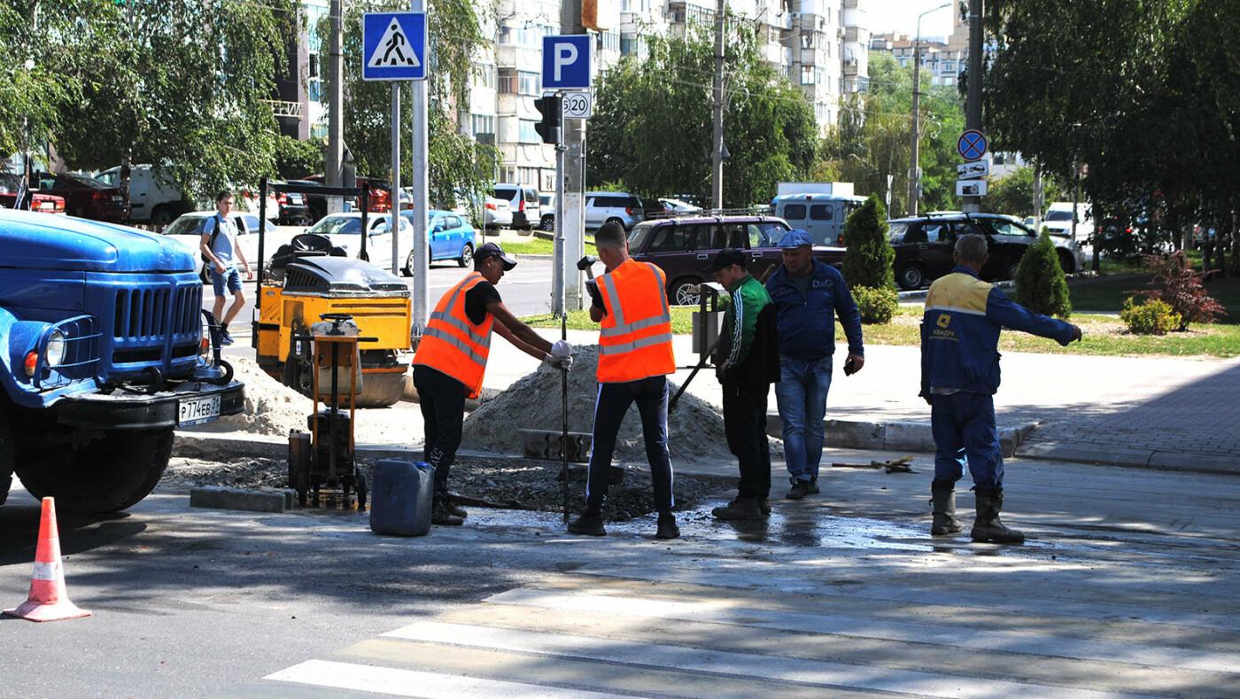В центре Белгорода на дороге провалился грузовик со щебнем, фото-4