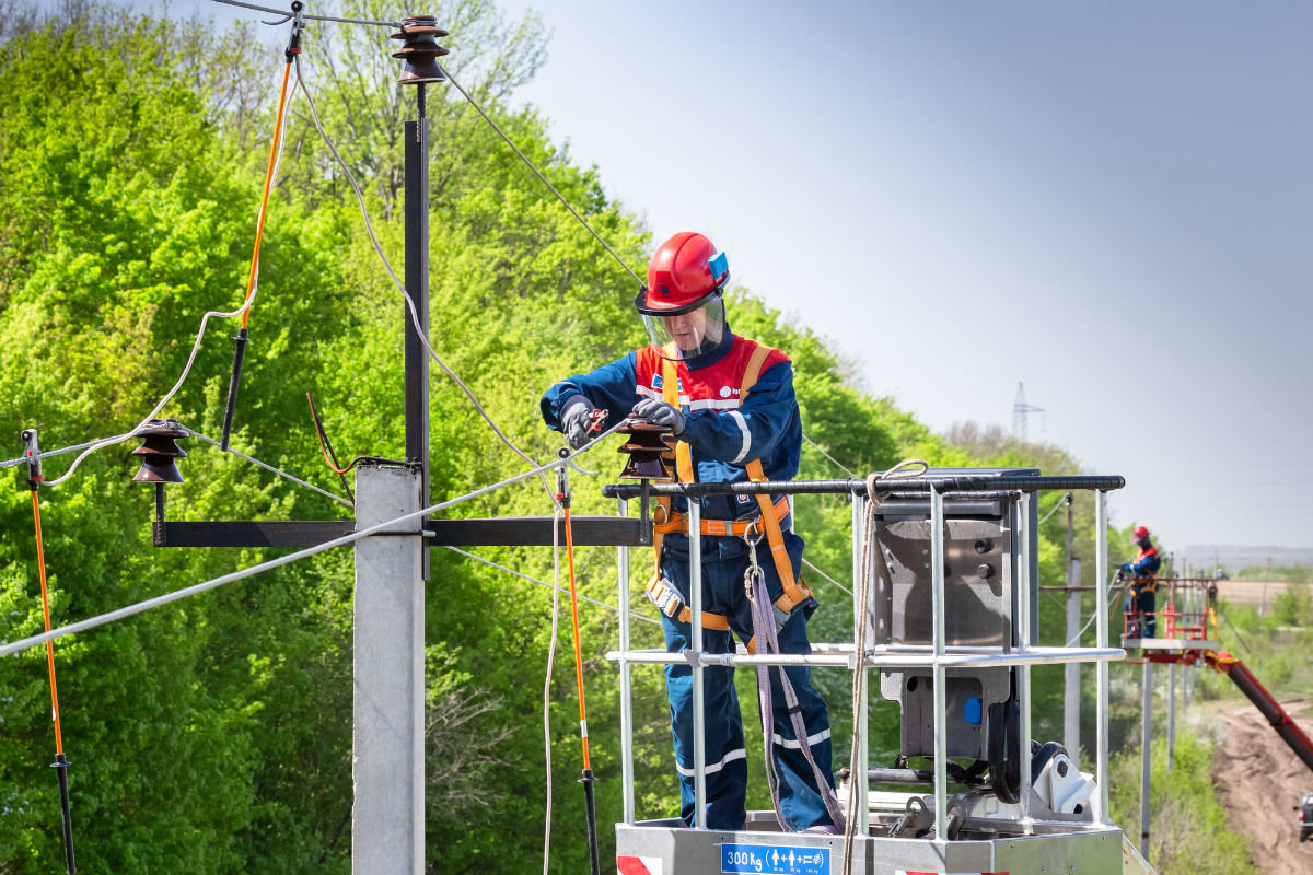 Белгородские энергетики восстанавливают прерванное ветром электроснабжение, фото-1