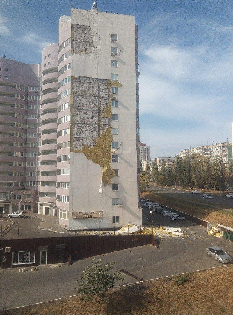 Ветер продолжает раздевать многоэтажку в Белгороде, фото-1