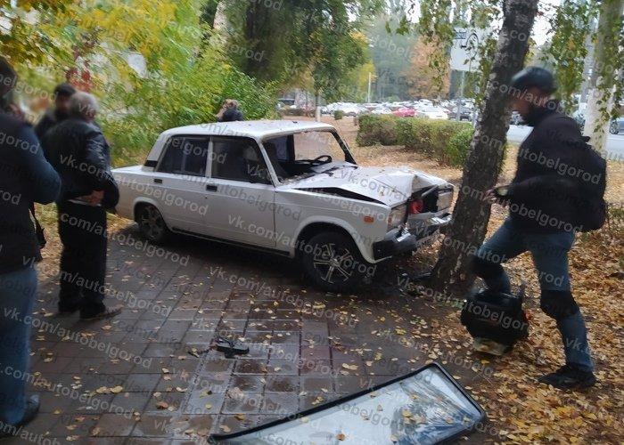 В Белгороде легковушка вылетела на тротуар и сбила пешехода, фото-1