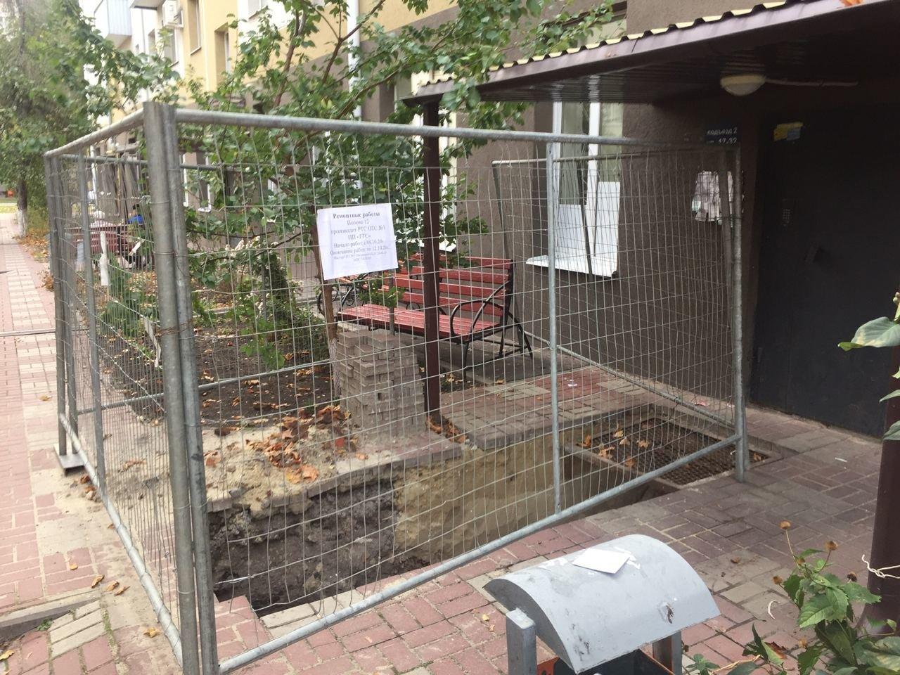 Коммунальная «могила». В центре Белгорода рабочие оставили яму перед подъездом пятиэтажки, фото-1, паблик во ВКонтакте «Белгород – это интересно»