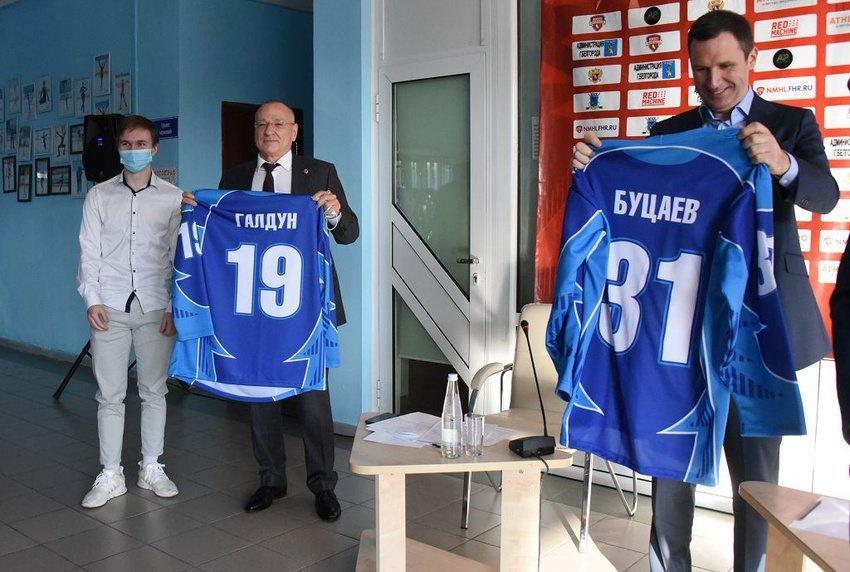 Денису Буцаеву и Юрию Галдуну подарили именные хоккейные свитеры