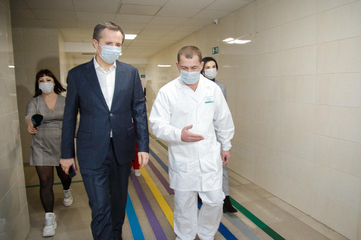 Главврач больницы Роман Проценко сопровождает врио губернатора