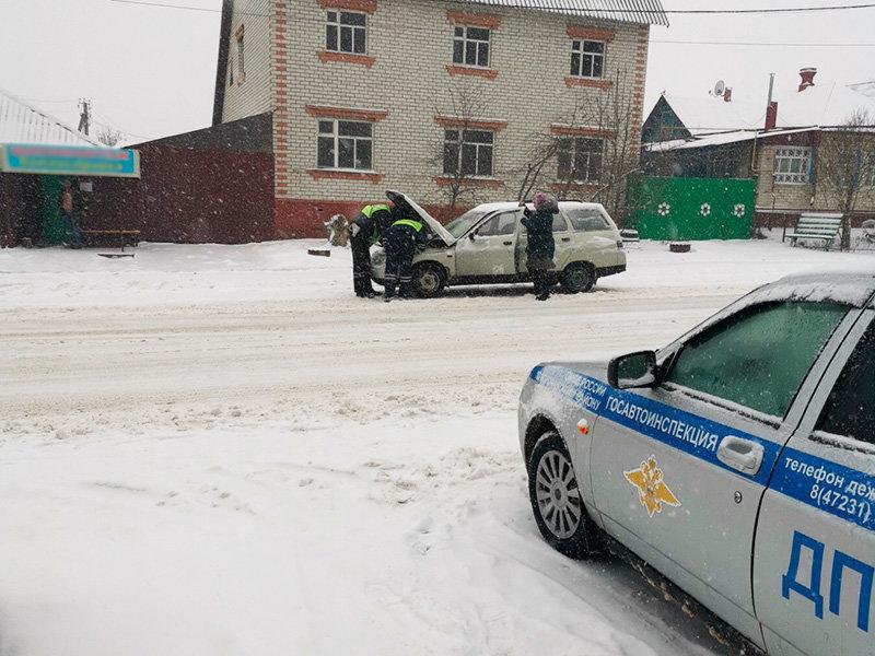 Полицейские оказывали помощь водителям