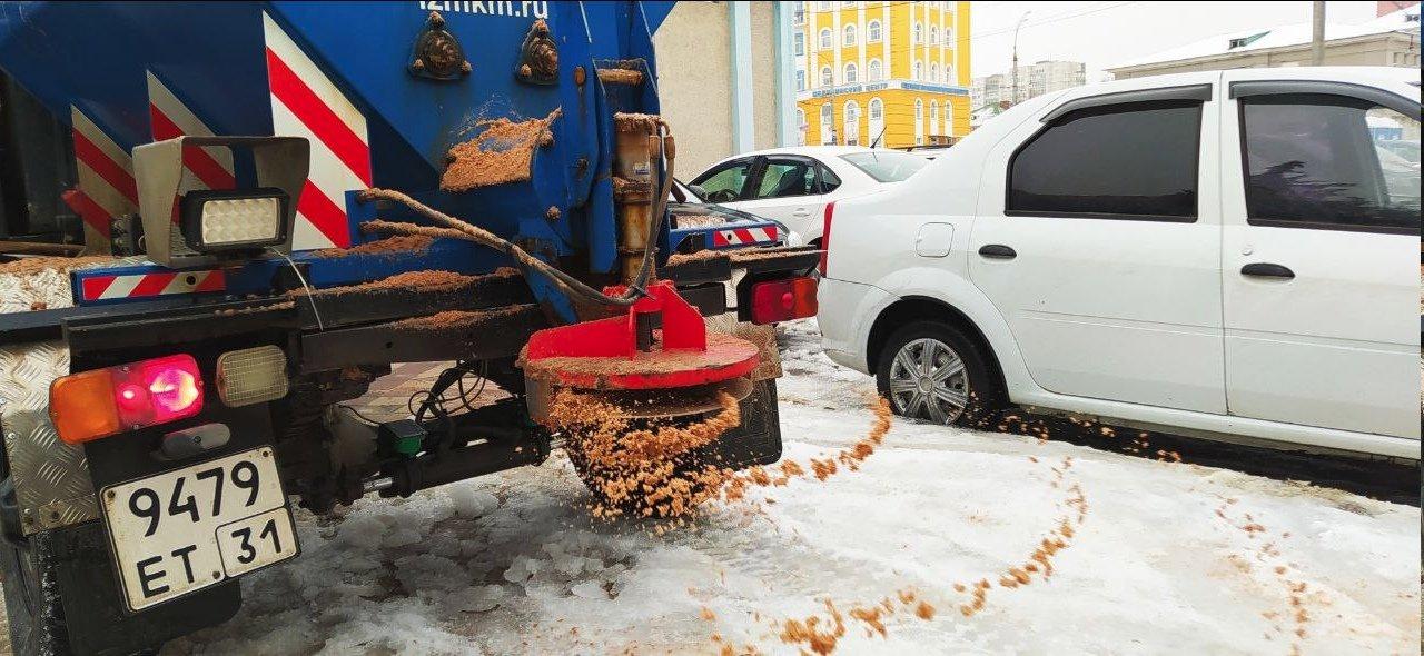 В Белгороде коммунальщики убирают город от снега и наледи