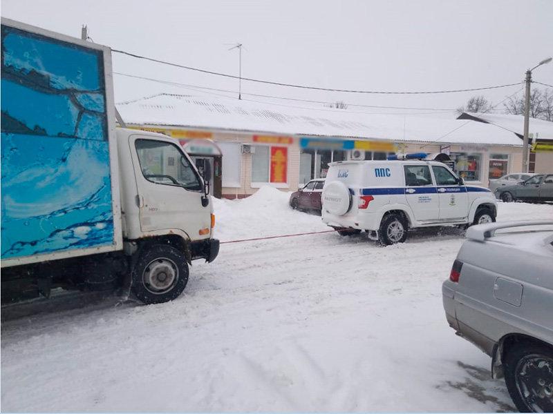 Автоинспекторы помогали застрявшим в снегу водителям