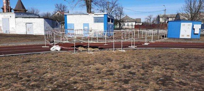 Провал грунта на школьном стадионе