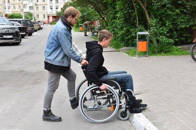 В Белгороде чиновники на инвалидных колясках проинспектировали улицы